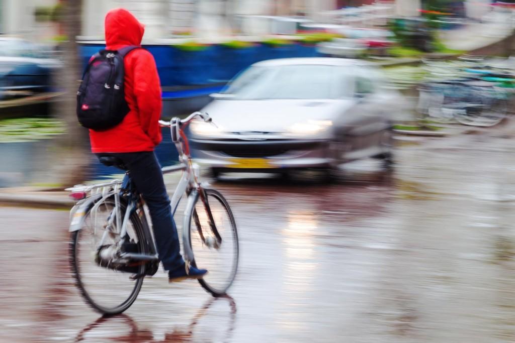 Radfahrer bei Regen in Bewegungsunschrfe