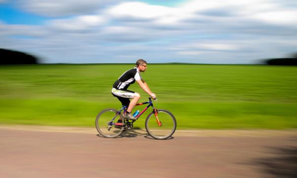 Cyclist-panning-license-free-CC0-980x650
