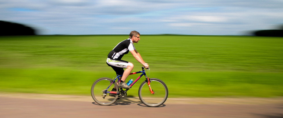 Cyclist-panning-license-free-CC0-980x650